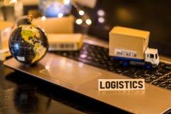 Logistiek - van de bedrijfs stillevenlogistiek concept met laptop, telefoon, mini verschepende kartons royalty-vrije stock foto