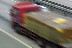 Logistiek - Vrachtwagen bij Snelheid - Onduidelijk beeld Royalty-vrije Stock Foto