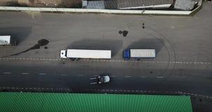 Logistiekcentrum, het laden vrachtwagens luchtfotografie stock footage