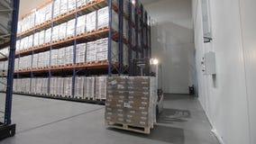Logistiekpakhuis met goederen stock video