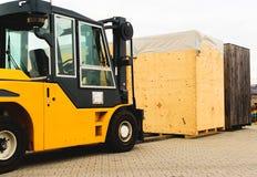 Logistik, Gabelstapler mit hölzernem Fall lizenzfreie stockfotografie