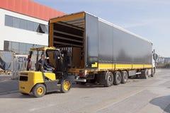 Logistik och bruk Gaffeltrucken laddar tren Royaltyfri Foto