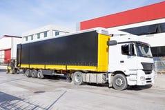 Logistik och bruk Gaffeltrucken laddar tren Arkivbilder