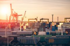 Logistik och lastfartygtrans.- och leveransbegrepp Behållare i industriell port för havsfrakter, kranar i skeppsvarv arkivfoton
