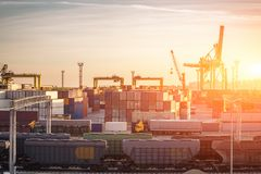 Logistik och lastfartygtrans.- och leveransbegrepp Behållare med gods i industriell port för havsfrakter royaltyfria bilder