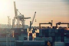 Logistik och lastfartygtrans.- och leveransbegrepp Behållare med gods i industriell port för havsfrakter royaltyfri fotografi