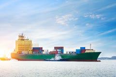 Logistik och trans. av det internationella behållarelastfartyget royaltyfri foto