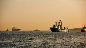 Logistik och trans. av det internationella behållarelastfartyget Frakttrans. som sänder Arkivfoto