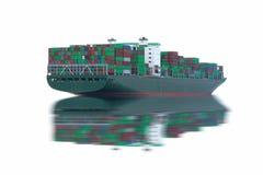 Logistik och trans. av det internationella behållarelastfartyget i havet som isoleras på vit bakgrund royaltyfri foto
