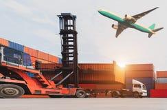 Logistik und Transport des BehälterFrachtschiffs und Transportflugzeug mit Arbeitskranbrücke in der Werft bei Sonnenaufgang, logi stockbilder