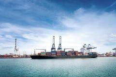 Logistik und Transport des internationalen Behälter-Frachtschiffs mit Häfen strecken Brücke im Hafen für logistisches Import-expo stockbild