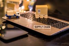 Logistikdistributionskedjautmaningar - stillebenlogistikaffärsidé med bärbara datorn, telefon, mini- sändande lådor royaltyfria bilder