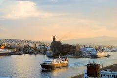 Logistiker och trans. av det internationella behållarelastfartyget med portar sträcker på halsen bron i hamn på skymning för impo Arkivfoto