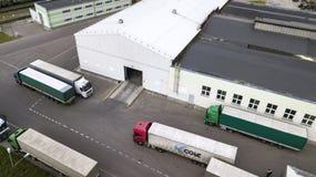 Logistikmitt med b?sta sikt f?r lastbilar arkivbilder