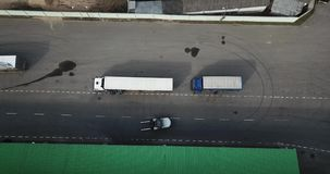Logistikmitte, ladendes LKW-Luftbildfotografie stock footage