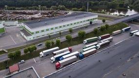 Logistikmitte mit Draufsicht der LKWs lizenzfreies stockfoto