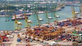 Logistique dans le port de récipient de la temps-faute de Singapour Casserole  banque de vidéos