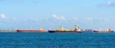 Logistisch containerschip bij het verschepen van werf hoofdvervoer van ladingscontainer het verschepen royalty-vrije stock foto's