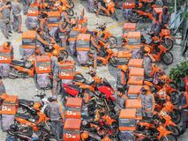 Logistisch Kerry Ambtenaren met verzending als motor van het pakketvervoer royalty-vrije stock fotografie