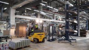 Logistisches und Lagerhaus clip Leeres Lager voll der Fracht 3D festgelegtes Bild Reihen von Regalen mit Papier stock video footage