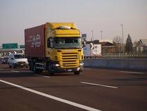 Logistisk behållarebehållare på den Skåne lastbilen Royaltyfri Bild
