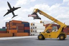 Logistisk branschport med bunten av släkt behållarebruk för transportaffärstema och Royaltyfri Fotografi