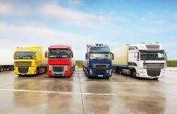 Logistiska frakter parkerar med lastbilar Arkivbild