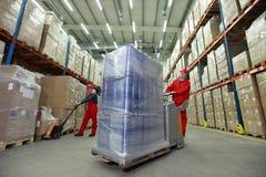 Logistiskt - arbetare i magasin Royaltyfri Foto