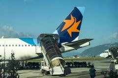 Logitrappa på flygbussen a320 till Israel på den Tivat flygplatsen i Montenegro Royaltyfri Bild