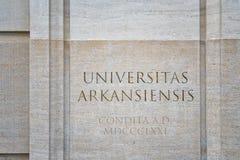 Logo à l'entrée à l'université de l'Arkansas photo libre de droits