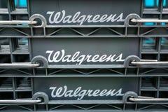 Logo 14 agosto 2018 di Sunnyvale/CA/U.S.A. - di Walgreens visualizzato sui cestini della spesa in una delle loro posizioni in San immagini stock libere da diritti