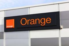 Logo arancio su una parete Immagini Stock Libere da Diritti