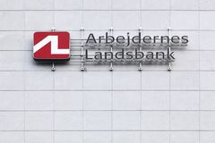 Logo Arbejdernes Landsbank auf einer Wand lizenzfreie stockbilder