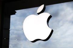 Logo av Apple Inc på ett Apple lager Apple är det multinationella teknologiföretaget som förläggas högkvarter i Cupertino, Kalifo fotografering för bildbyråer