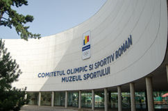 Logo av den rumänska olympiska kommittén och de olympiska cirklarna Arkivfoto