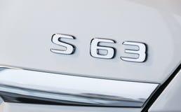 Logo av en Mercedes Benz S 63 AMG 4Matic 2018 Bilyttersidadetaljer V8 Bi-turboladdare logo, tecken Fotografering för Bildbyråer