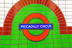 Logo av en underjordisk station i London, UK Arkivbild