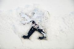 Logo av Peugeot på bilen under snöig väder Royaltyfri Fotografi