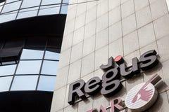 Logo av Regus på deras huvudkontor i Belgrade För närvarande rebranded som IWG, är Regus en multinationell korporation royaltyfri bild