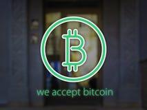 Logo Bitcoin sobre a fachada com efeito do borrão e texto nós aceitamos o bitcoin ilustração 3D Imagem de Stock Royalty Free
