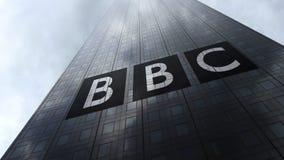 Logo britannico di BBC dell'emittente sulle nuvole di riflessione di una facciata del grattacielo Rappresentazione editoriale 3D Fotografie Stock