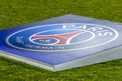 Logo d'équipe de PSG sur un terrain de football photographie stock libre de droits