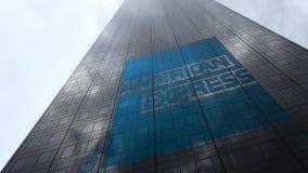 Logo d'American Express sur les nuages se reflétants d'une façade de gratte-ciel, laps de temps Rendu 3D éditorial banque de vidéos