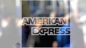 Logo d'American Express sur un verre contre la foule brouillée sur le steet Rendu 3D éditorial Images stock