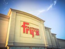 Logo d'annata del primo piano di tono della vendita al dettaglio dentro I di elettronica di Frys immagine stock
