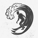 Logo d'annata Uomini che praticano il surfing sulla grande onda surfboard Logotype della spuma immagine stock