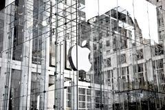 Logo d'Apple au cube en verre en magasin de pomme sur la 5ème avenue Photographie stock libre de droits