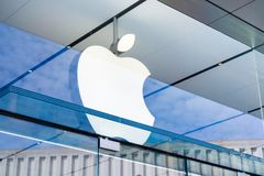 Logo d'Apple au-dessus de l'entrée au magasin situé dans le centre commercial de Stanford photo stock