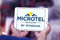 Logo d'auberge et de suites de Microtel images stock