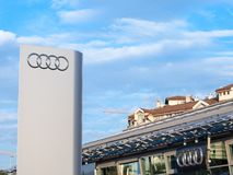 Logo d'Audi sur leur magasin principal de concessionnaire à Belgrade Audi est une voiture allemande et un fabricant des véhicules photos stock